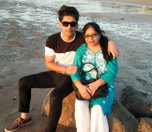 Akshit Sukhija with mother Kanika
